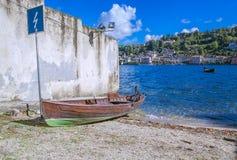 Łódź na brzeg San Giulio wyspa, Jeziorny Orta, Włochy Fotografia Royalty Free