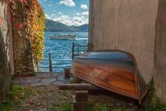 Łódź na brzeg San Giulio wyspa, Jeziorny Orta, Włochy Zdjęcia Stock