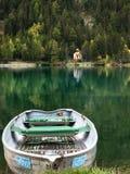Łódź na halnym jeziorze obrazy royalty free