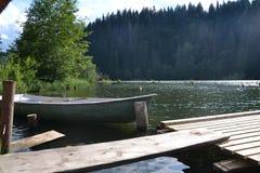 Łódź na halnym jeziorze Zdjęcia Stock