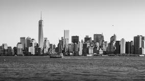 Łódź na hudsonie przed Nowy Jork centrum linii horyzontu światem T Zdjęcie Royalty Free