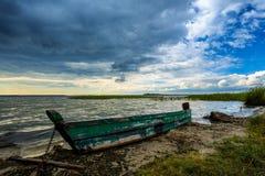 Łódź na jeziornym brzeg Obraz Stock