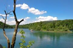 Łódź na jeziorze obrazy stock
