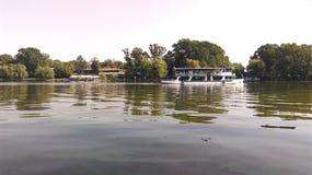 Łódź na jeziorze Zdjęcia Royalty Free