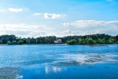 Łódź na jeziorze Zdjęcia Stock