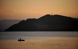 Łódź na jeziorze podczas zmierzchu Obraz Royalty Free