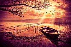Łódź na jeziorze przy zmierzchem Obrazy Royalty Free