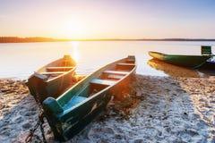 Łódź na jeziorze przy zmierzchem Fotografia Royalty Free
