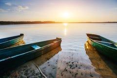 Łódź na jeziorze przy zmierzchem Zdjęcia Royalty Free