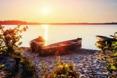 Łódź na jeziorze przy zmierzchem Obraz Stock