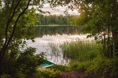 Łódź na jeziorze w lecie obraz royalty free