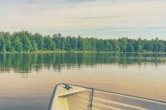 Łódź na jeziorze w tle las fotografia royalty free