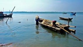 Łódź na Kangy rzece, Chaung Tha, Myanmar zdjęcie wideo