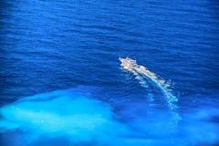 Łódź na lazurowym morzu Zdjęcia Stock