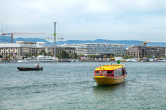 Łódź na Leman jeziorze przeciw miasta quay w Genewa Zdjęcie Royalty Free