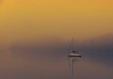 Łódź na mgłowym jeziornym windermere zdjęcia stock
