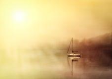 Łódź na mgłowym jeziornym windermere obraz stock
