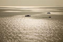 Łódź na morzu nad jasnym niebem Fotografia Stock