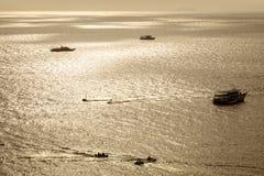 Łódź na morzu nad jasnym niebem Obrazy Royalty Free