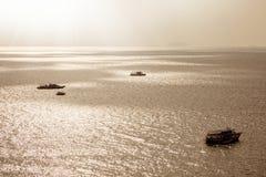 Łódź na morzu nad jasnym niebem Zdjęcie Royalty Free