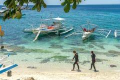 Łódź na morzu przy Apo wyspą Obrazy Stock