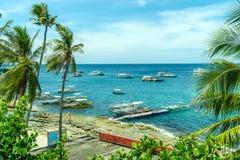 Łódź na morzu przy Apo wyspą Zdjęcie Royalty Free