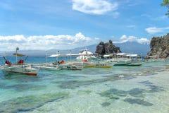 Łódź na morzu przy Apo wyspą Obrazy Royalty Free