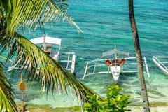 Łódź na morzu przy Apo wyspą Zdjęcia Stock