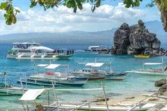 Łódź na morzu przy Apo wyspą Fotografia Royalty Free
