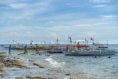 Łódź na morzu przy Apo wyspą Obraz Royalty Free
