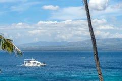 Łódź na morzu przy Apo wyspą Zdjęcia Royalty Free