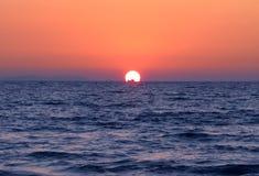 Łódź na morzu przy zmierzchem Fotografia Royalty Free