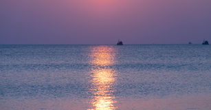Łódź na morzu przy zmierzchem Obrazy Stock
