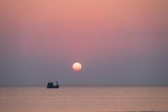 Łódź na morzu przy zmierzchem Zdjęcia Stock