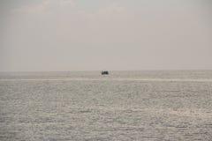 Łódź na morzu w wieczór dniu Fotografia Royalty Free