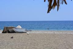 Łódź na plażowym żaglówka piaska morzu zdjęcie royalty free