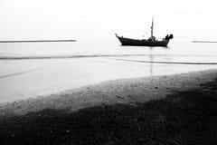 Łódź na plażowym czarny i biały obrazku Zdjęcia Stock