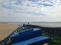 Łódź na plaży żółty piasek obrazy stock