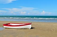 Łódź na plaży Zdjęcia Stock
