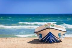 Łódź na plaży jako reminiscencja gorący i jaskrawy lata holid Obraz Royalty Free