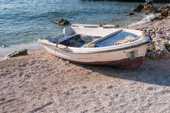 Łódź na plaży przy Agios Nikolaos portem, Zakynthos Fotografia Stock