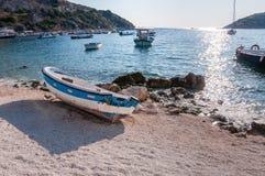 Łódź na plaży przy Agios Nikolaos portem, Zakynthos Zdjęcie Royalty Free