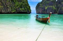 Łódź na plaży przy Koh phi phi wyspą Phuket, Tajlandia zdjęcia stock