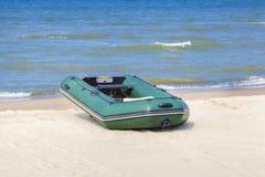 Łódź na plaży przy morzem w lecie Zdjęcia Stock