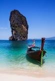 Łódź na plaży przy Phuket wyspą, atrakcja turystyczna w Thaila Zdjęcia Stock