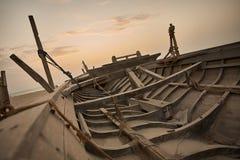 Łódź na plaży przy wschodu słońca czasem Zdjęcie Stock