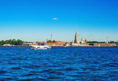 Łódź na podwodnych skrzydłach unosi się przez Neva Peter i Paul forteca w St Petersburg Zdjęcie Stock