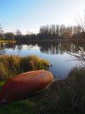 Łódź na pstrągowym jeziorze Zdjęcia Royalty Free