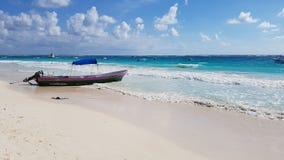 Łódź na raj plaży, Tulum fotografia royalty free