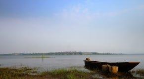 Łódź na rzece obrazy stock